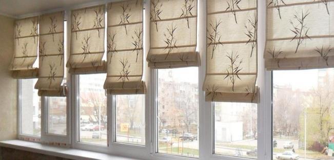 Римские шторы на каждую створку окна лоджии