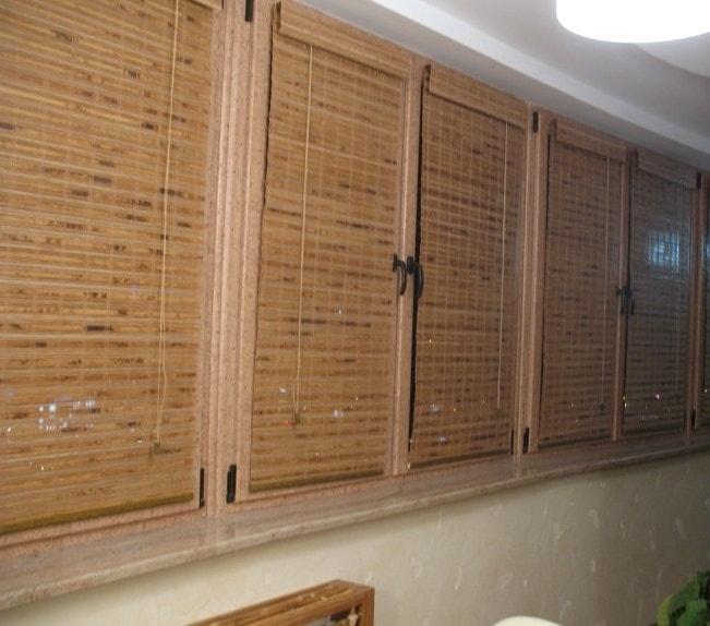 Римские шторы из бамбуковой соломки на балкон
