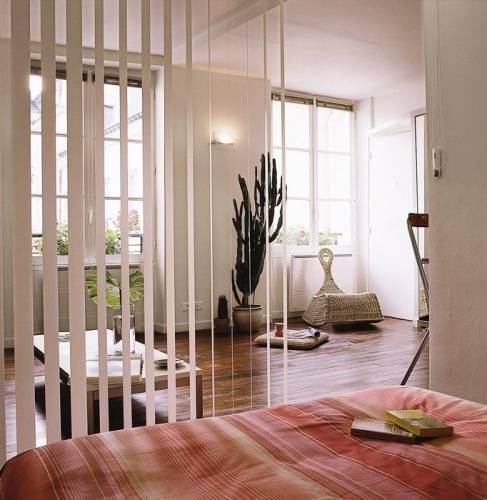 Фото резделения спальни вертикальными жалюзи