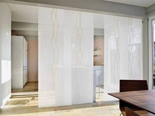 Разделение пространства в квартире-студии с помощью рулонных жалюзи
