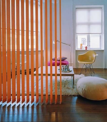 Разделение пространства с помощью вертикальных жалюзи в апартаментах