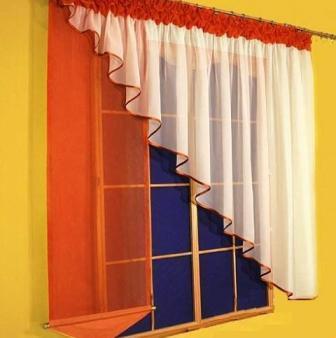 Если вы владеете даже самыми элементарными навыками рукоделия, сделать самостоятельно простую выкройку штор для кухни для вас не будет сложной задачей