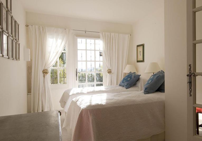Белые занавески для спальни