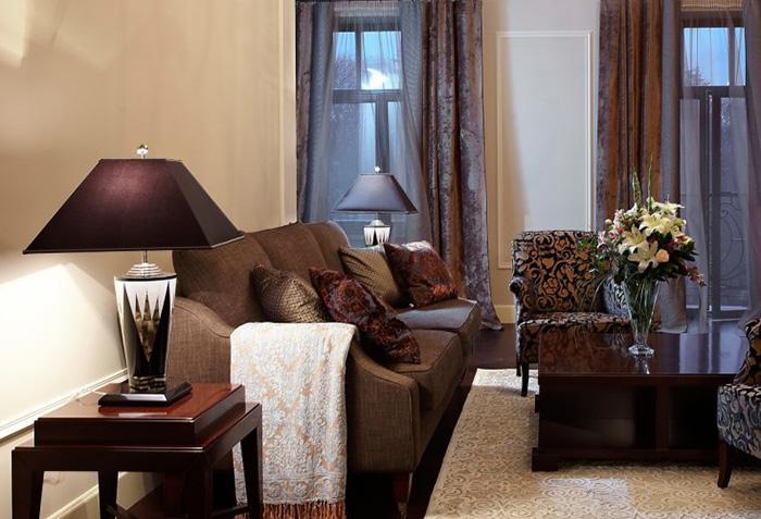 Коричневые шторы с интересной фактурой в интерьере гостиной