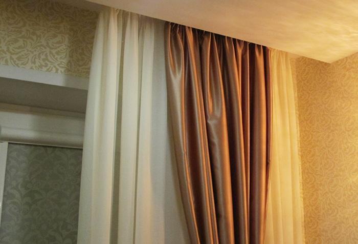 Шелковые шторы коричневого и сливочного оттенков