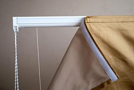 Крепление римских штор на липучку - очень распространенный из-за своей простоты способ