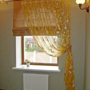 Комбинацию римской шторы с занавеской можно подвесить на обычном карнизе