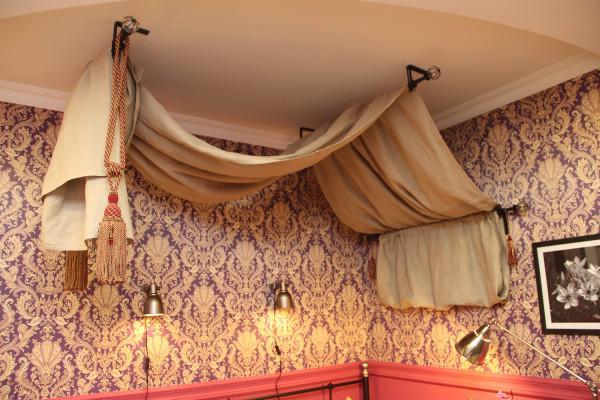 Использование мини-карнизов не ограничивается оконными рамами, они отлично справляются с функцией держателей декоративных полотен, например, балдахинов