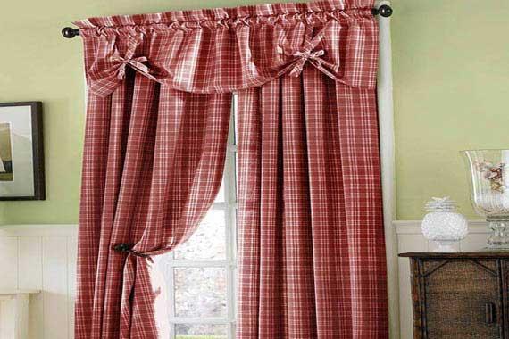 Симпатичное оформление окна – карниз со шторами смотрятся очень лаконично