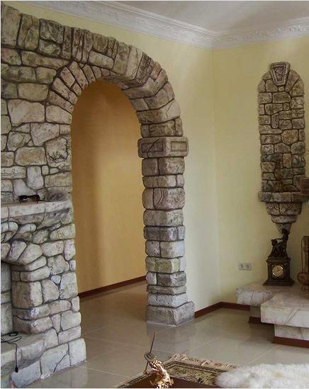 Отделка проема между гостиной и коридором камнем