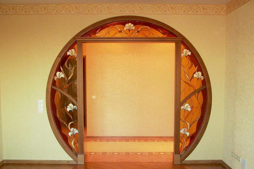 Круглый дверной проем с отделкой витражами