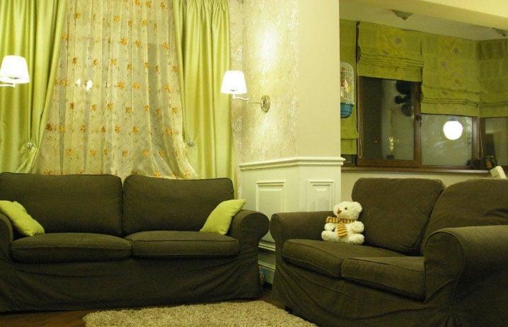 Шторы оливкового цвета в интерьере гостиной
