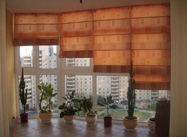 Римские шторы на пластиковых окнах в лоджии фото