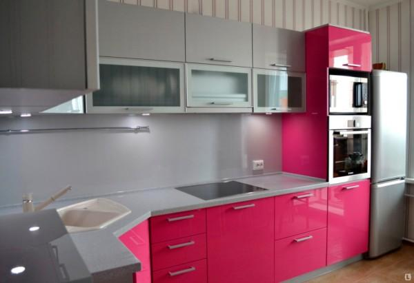 Фото кухни с гарнитуром цвета фуксия.