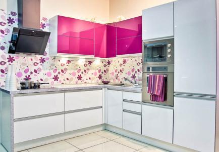 Кухня цвета фуксия с белым