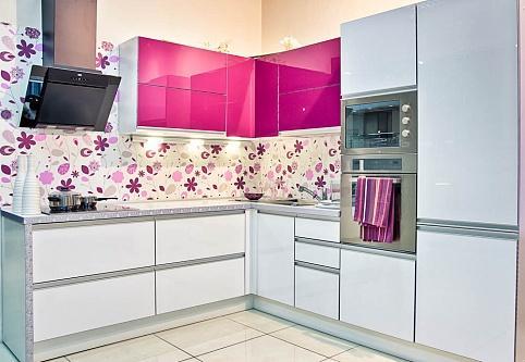 Фото – фуксия в интерьере кухни.