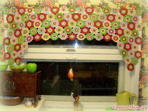 Пестрые шторы прекрасно подойдут для дачного домика