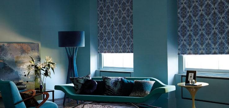 рулонные шторы в голубой комнате