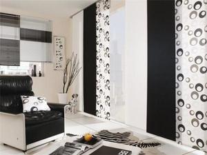 Японские шторы в черно-белом интерьере гостиной комнаты