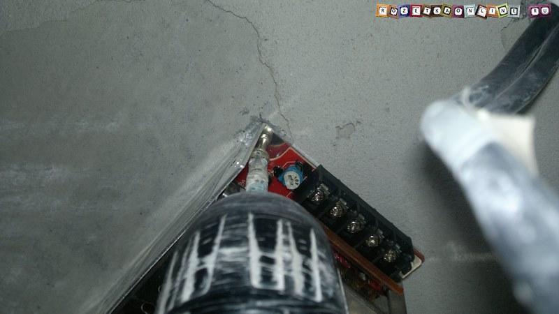 Фиксируем трансформатор на поверхности потолка