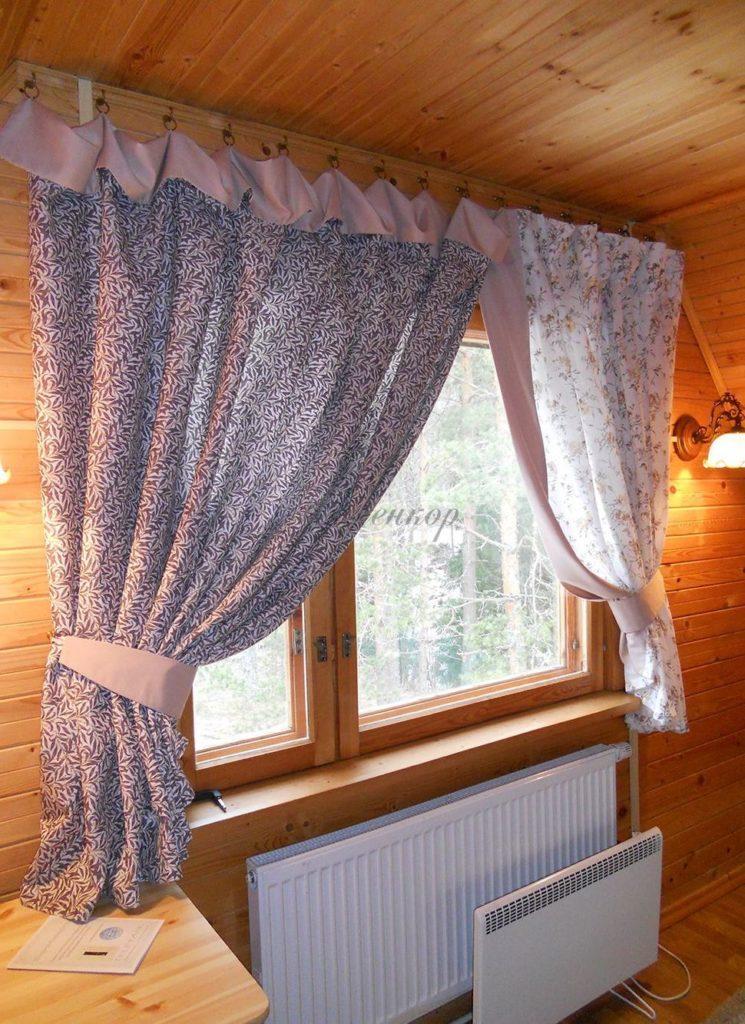 Голубые шторы из ситца к деревянным стенам как смотрятся