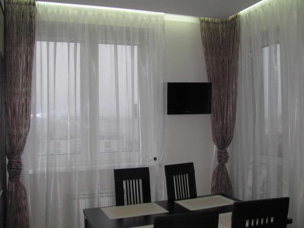 С помощью штор для кухни с балконом можно визуально увеличить или уменьшить пространство, все зависит от габаритов кухни и ваших индивидуальных предпочтений
