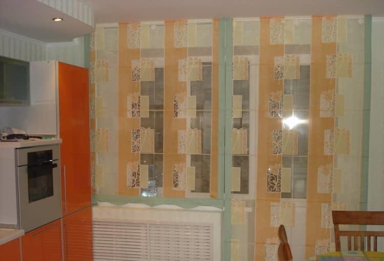 При выборе штор для кухни с балконом важно учитывать их материал, а также цветовую гамму, которая способна подчеркнуть стиль кухни