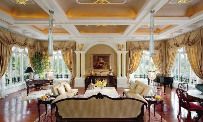 зал с золотыми шторами
