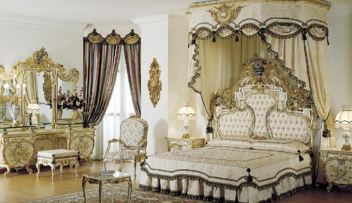 красивая спальня с дорогими шторами