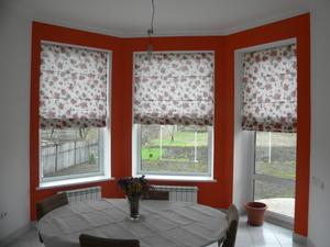 Красивые римские шторы на окнах