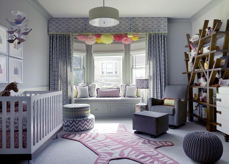 Оформление эркера шторами также может быть вариантом зонирования помещения – таким образом область рядом с окнами отделяется от основной части комнаты