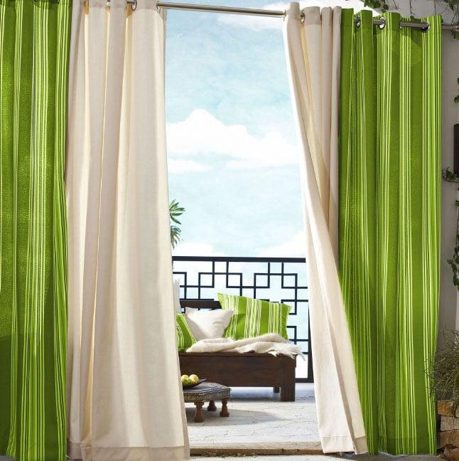 зеленые шторы в проходе