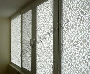 Рулонные шторы с узором серого цвета