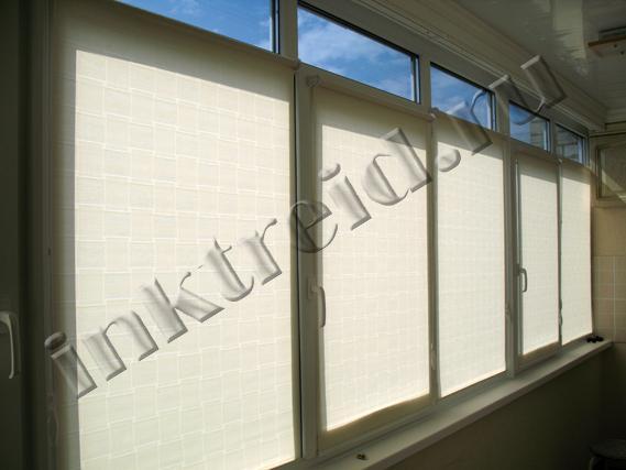 Полупрозрачные рулонные шторы в кухонном помещении.