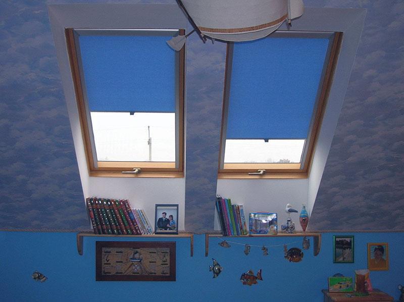 Синие рулонные шторы в интерьере