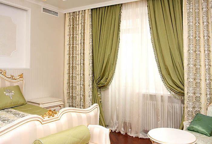 Шторы оливкового оттенка в классическом интерьере спальни