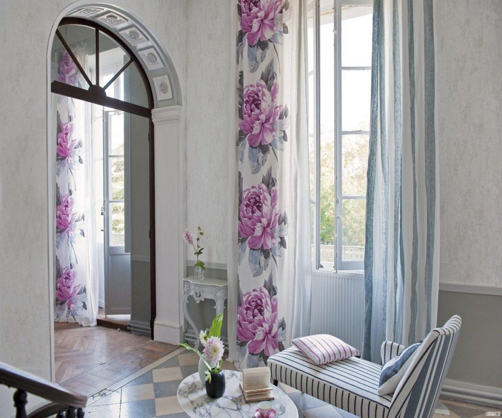 шторы на высоких окнах и дверях