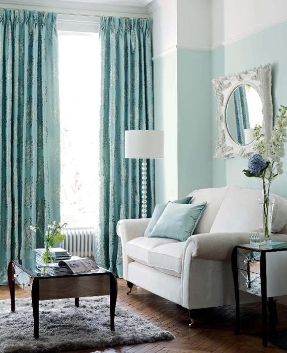 голубые шторы на высоких узких окнах