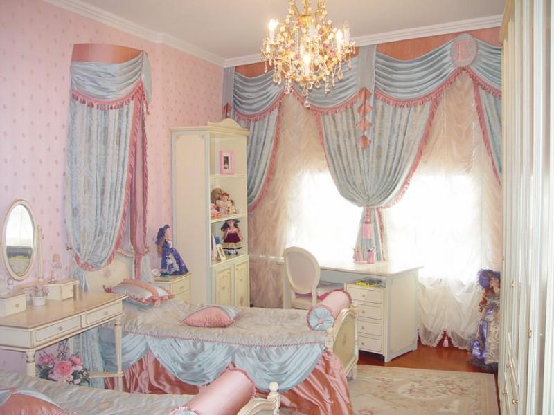 Розовые-голубые плотные шторы в комнате девочки