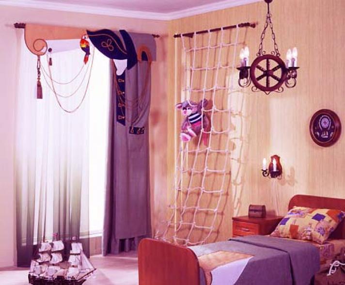 Фиолетовые шторы в мальчишечьей комнате в морском стиле