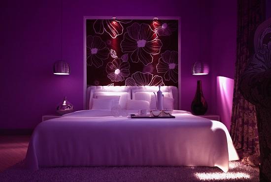 Красивая фиолетовая спальня с приглушенной подсветкой