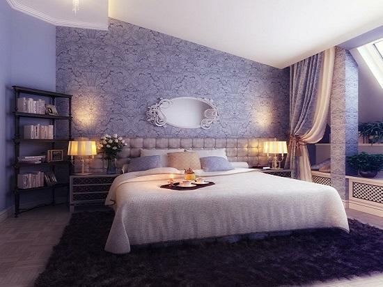 Отделка стены спальни сиреневыми с орнаментом обоями