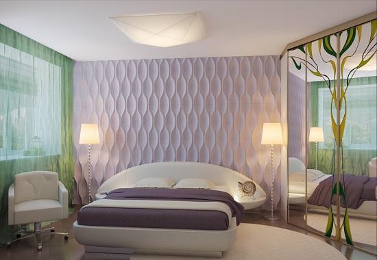 Нежно-сиреневая спальня с зелеными шторами на окнах