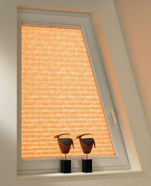 персиковые шторки на косое окно