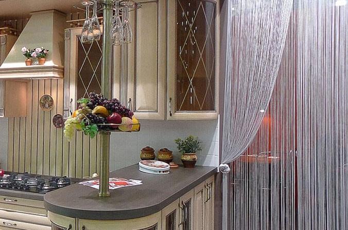 Шторы нитки в интерьере кухни