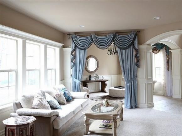 Интерьер гостиной с белой мебелью и шторами