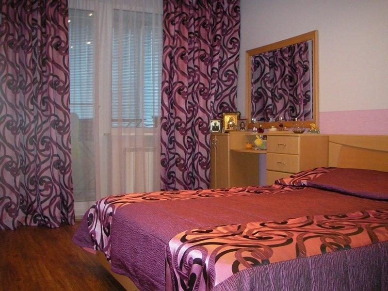 лиловые шторы и лиловое покрывало на кровати