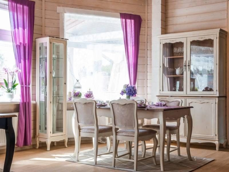 шторы лилового цвета на кухне