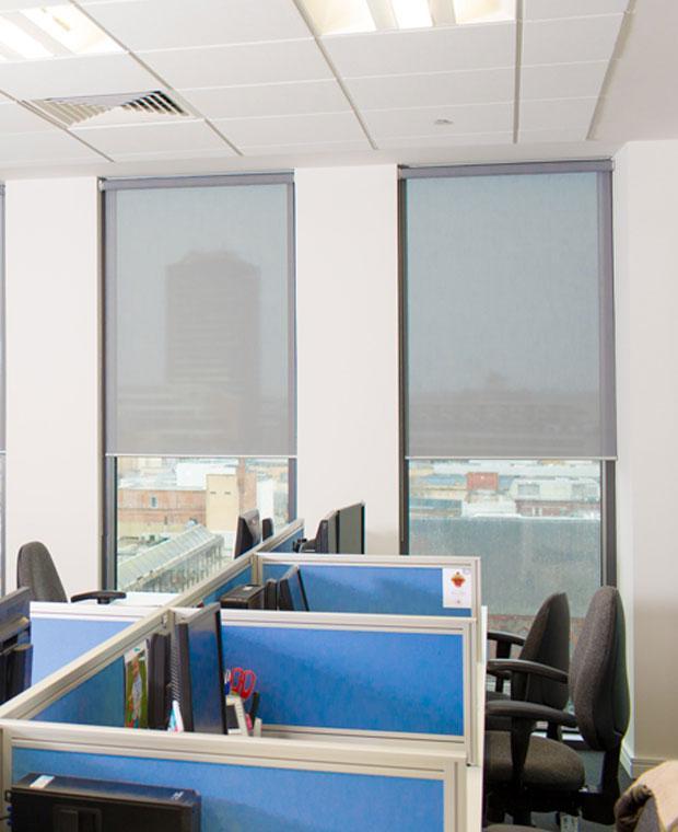 рулонные шторы в офисе