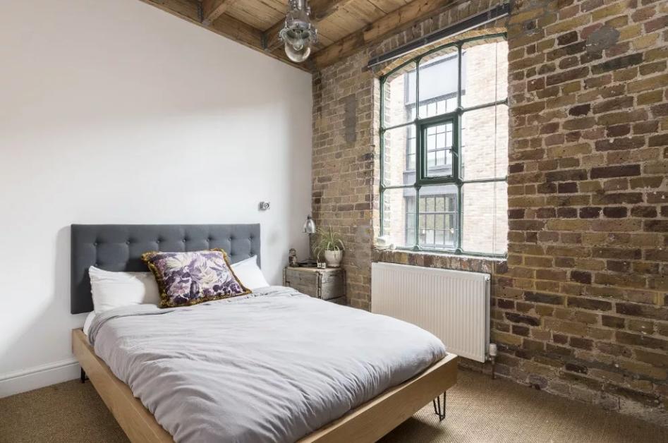 спальня в стиле лофт без штор